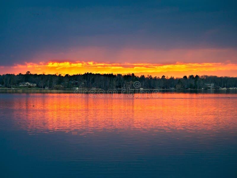 Solnedgång över sjön i nordliga Minnesota royaltyfri foto