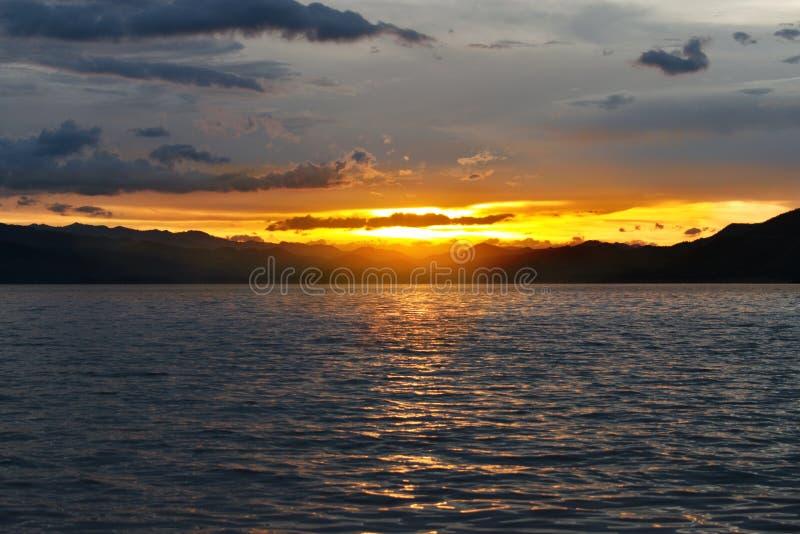 Solnedgång över sjön i söderna av Thailand royaltyfria bilder