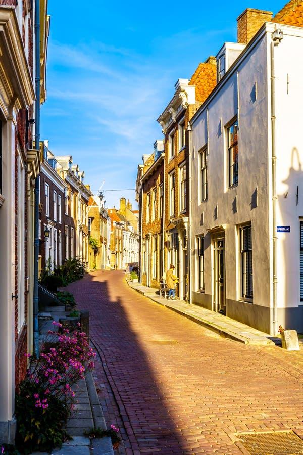 Solnedgång över smala gator i den historiska staden av Middelburg i det Zeeland landskapet, Nederländerna royaltyfri foto