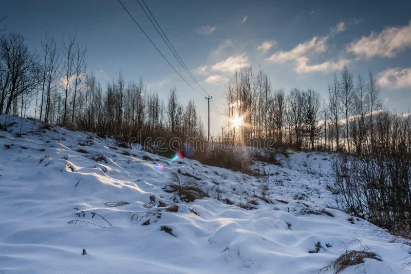 Solnedgång över snöig kullar royaltyfria foton