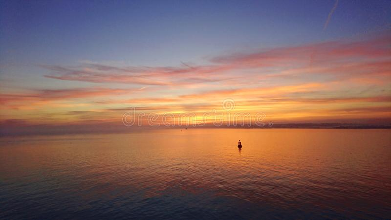 Solnedgång över Solenten UK royaltyfria bilder