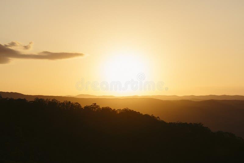 Solnedgång över solskenkustbaklandet arkivbild