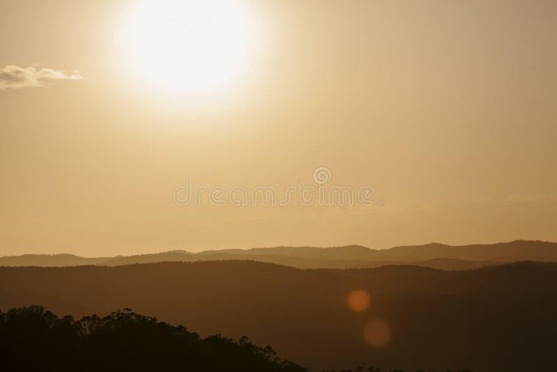 Solnedgång över solskenkustbaklandet arkivbilder