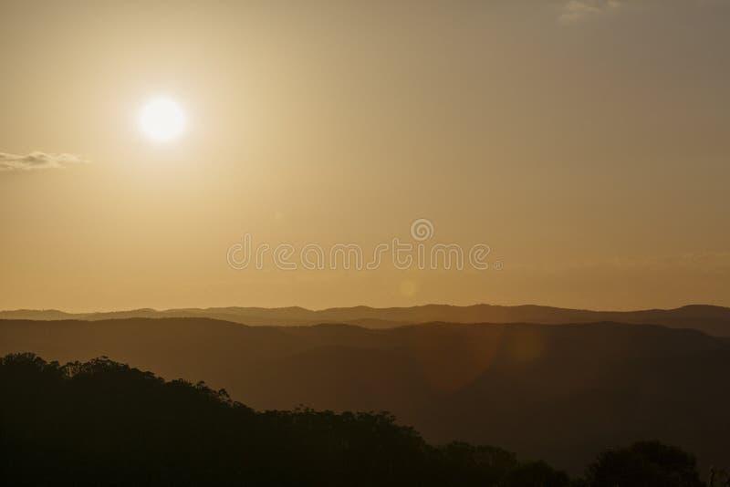 Solnedgång över solskenkustbaklandet arkivfoton