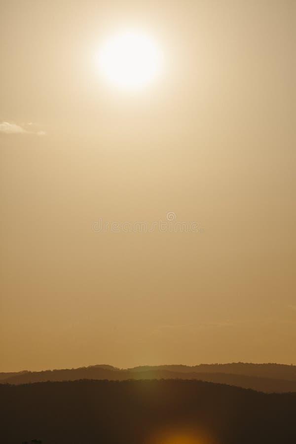 Solnedgång över solskenkustbaklandet arkivfoto
