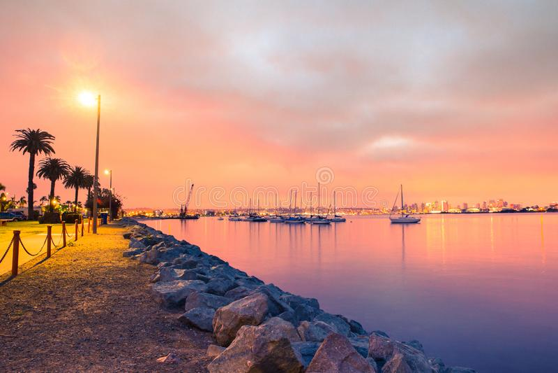 Solnedgång över staden av San Diego California arkivfoto