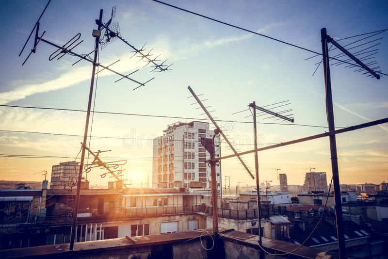 Solnedgång över stadslandskapet arkivbild