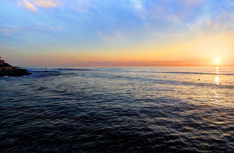 Solnedgång över Stilla havet royaltyfria foton
