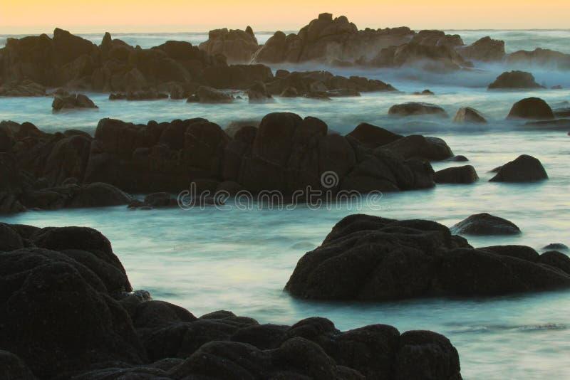 Solnedgång över Stilla havet i Stillahavs- dunge, nära 17 mil drev och Monterey, Kalifornien arkivbilder