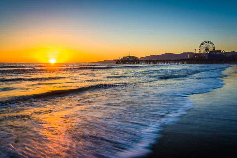 Solnedgång över Stilla havet och Santa Monica Pier arkivfoton