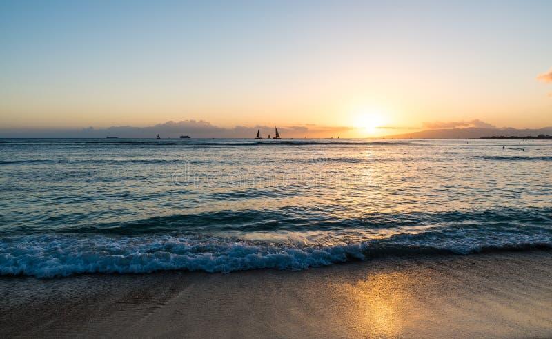 Solnedgång över Stilla havet som beskådas från den Waikiki stranden Hawaii arkivbild