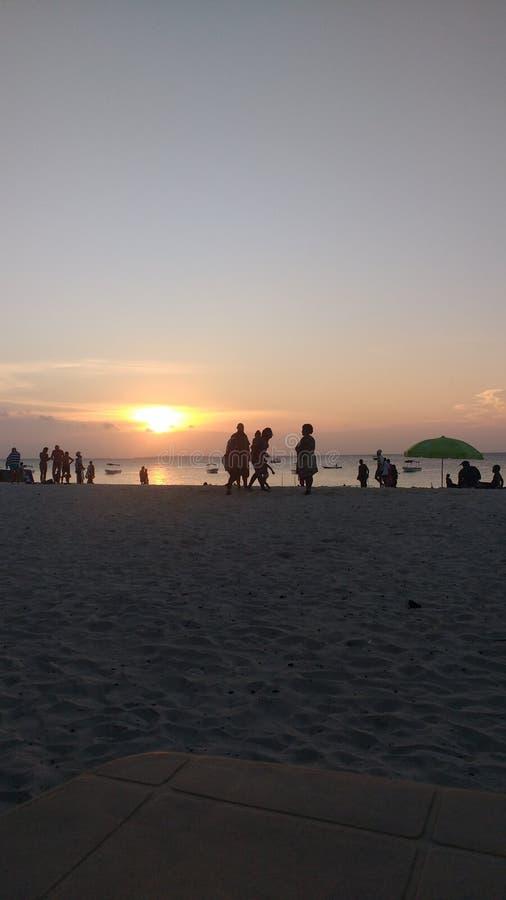 Solnedgång över stranden på nungwien i norden av Zanzibar royaltyfria foton