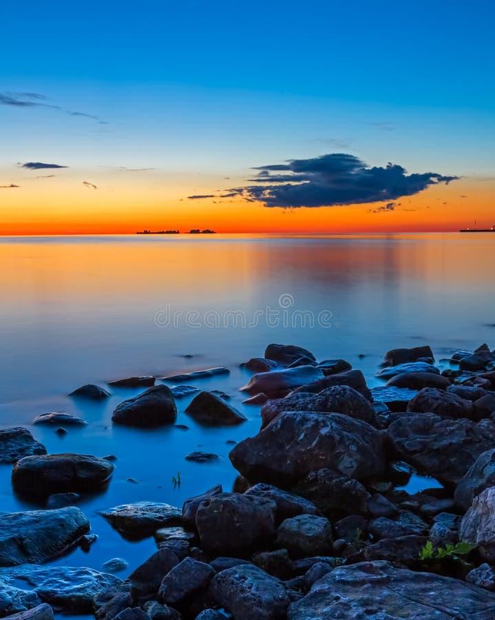 Solnedgång över systern Bay arkivfoto