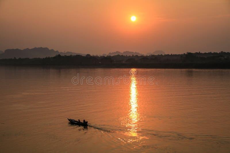 Solnedgång över Thanlyinen, Hpa-An, Karen State, Myanmar flod arkivbild
