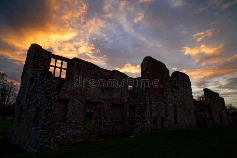 Solnedgång över Thetford priorsklosterhus royaltyfri bild