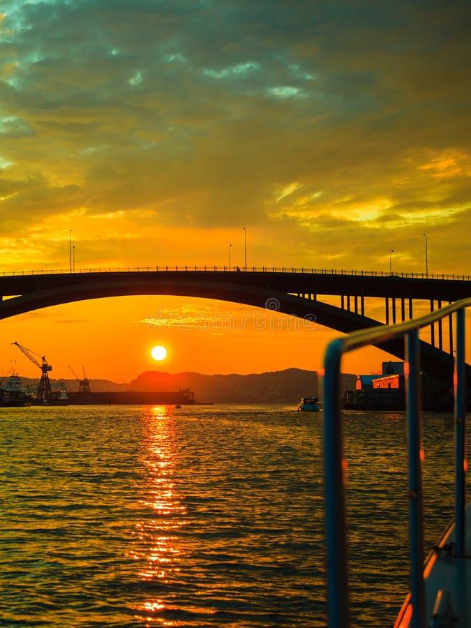 Solnedgång över upphängningbron i Bergen, Norge royaltyfria bilder