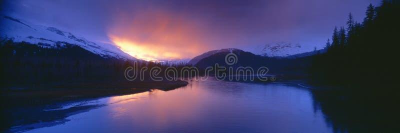 Solnedgång över uppståndelsefloden arkivfoton