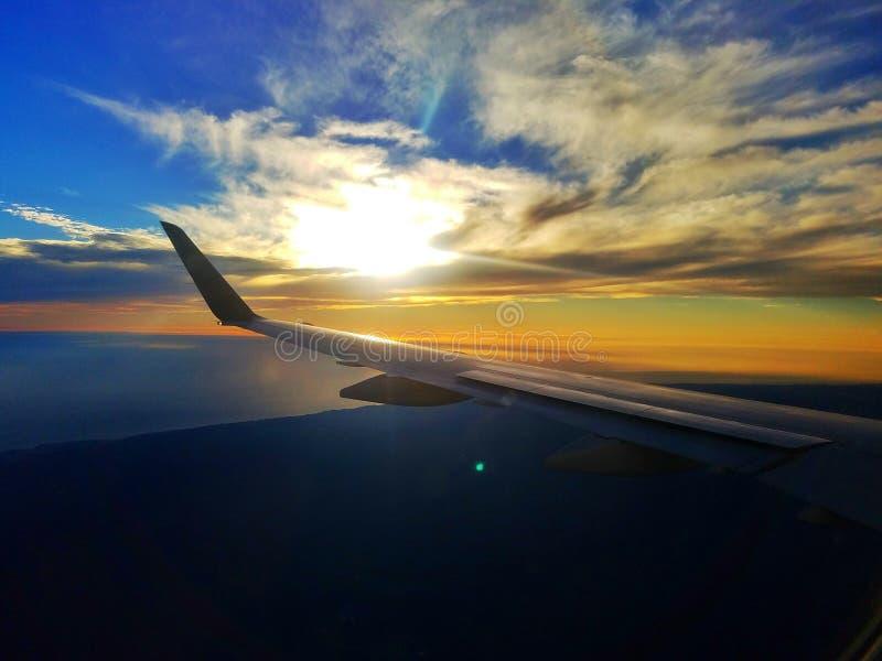 Solnedgång över vingen arkivfoto