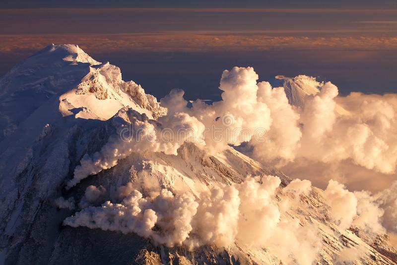 Solnedgång över vulkan arkivbild