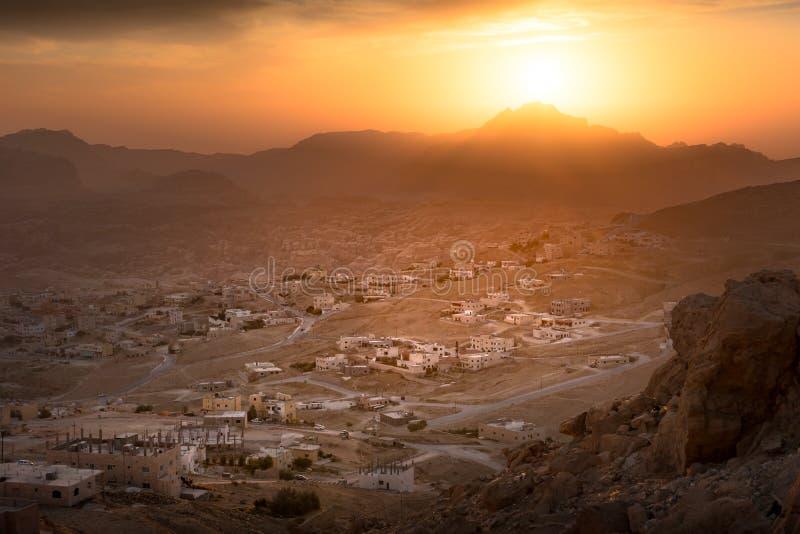 Solnedgång över Wadi Musa, stad av Petra i Jordanien royaltyfri foto