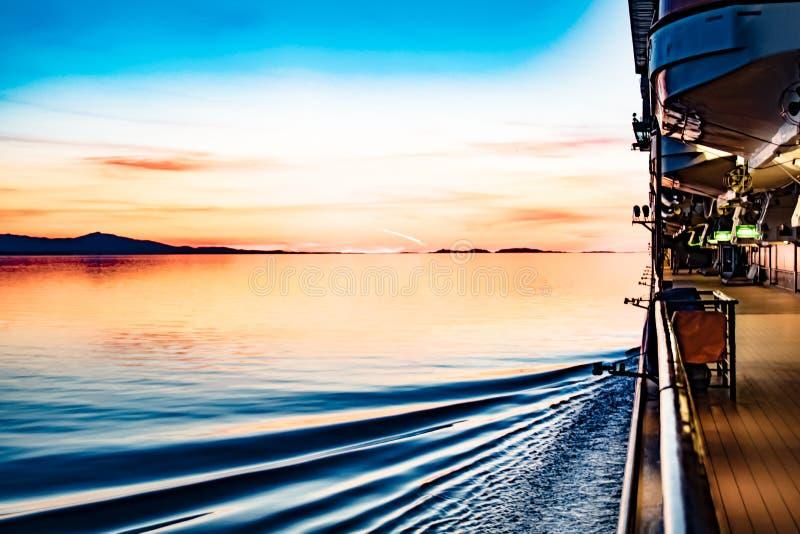 Solnedgång av den alaskabo kusten fotografering för bildbyråer
