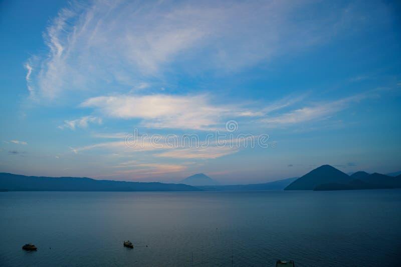 Solnedgång av den berömda sjön Toya med monteringen Yotei fotografering för bildbyråer