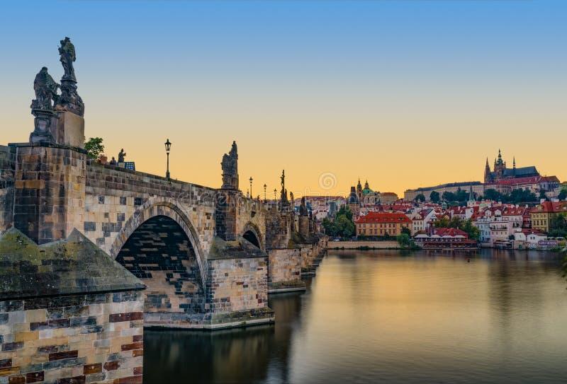 Solnedgång av den Prague slotten och Charles Bridge arkivbild
