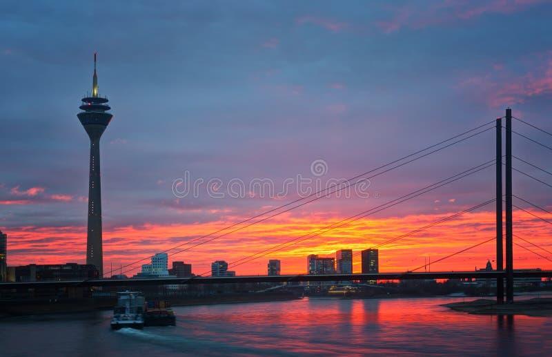 Solnedgång av den Rhein floden på Dusseldorf royaltyfria bilder