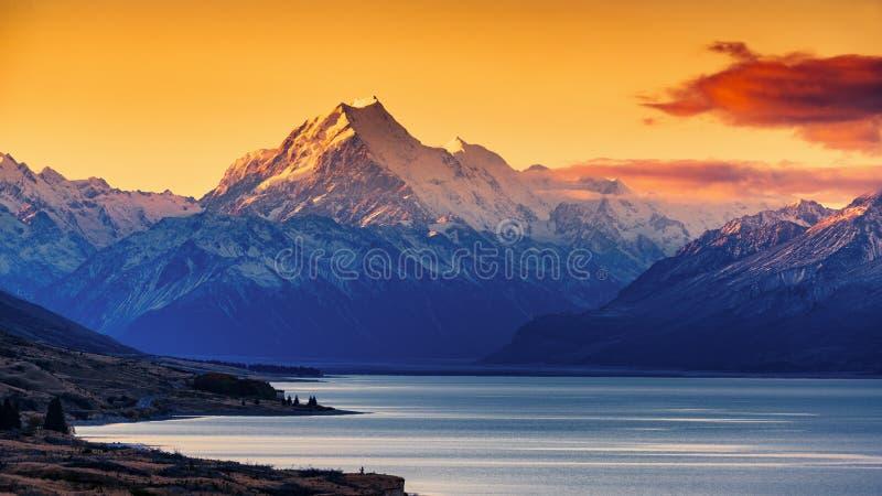 Solnedgång av monteringskocken och sjön Pukaki arkivbilder