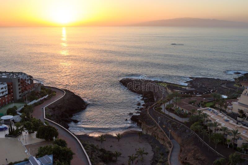 Solnedgång av seascape Den LaGomera ön är på horisont Kust av den Playa Paraiso byn med havvågor som bryter klippor Tenerife kan arkivbilder