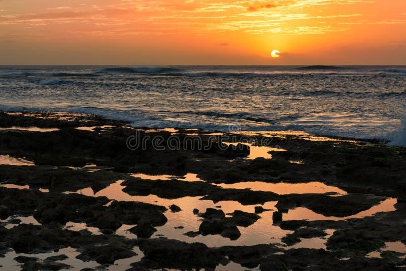 Solnedgång av stenig tidvattentips i Waianae, Hawaii arkivbild