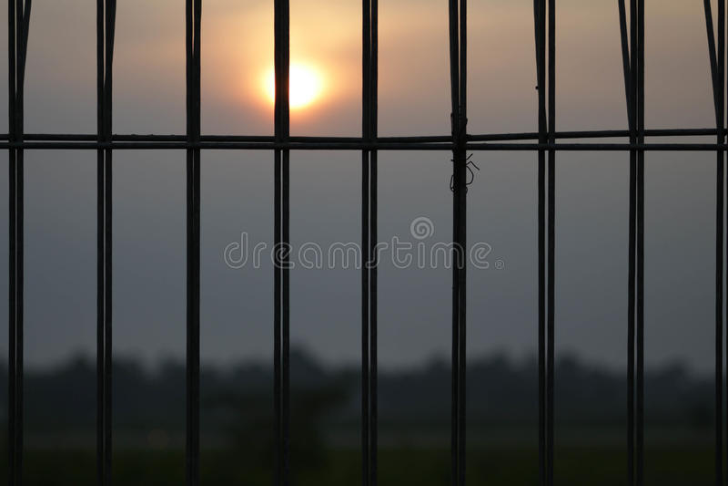 Solnedgång bak arrest arkivbild