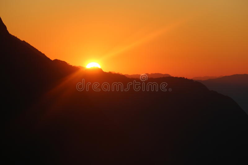Solnedgång bak berget 10 royaltyfri bild