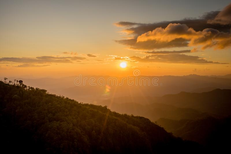 Solnedgång bak berget på Doi Thule, Tak, Thailand arkivfoton