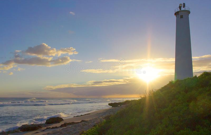 Solnedgång bak en Honolulu fyr arkivbild