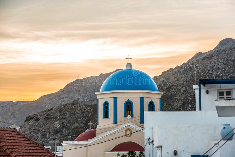 Solnedgång bak en ortodox kyrka arkivfoto