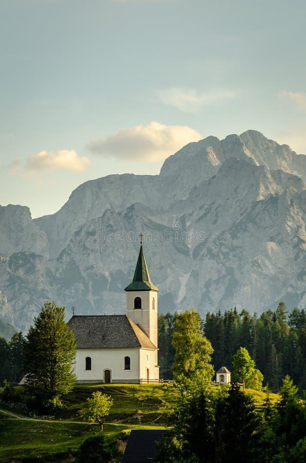 Solnedgång bak Sveti Duh, Slovenien royaltyfria bilder