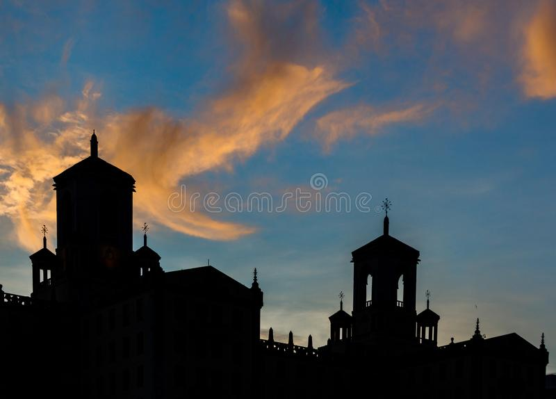 Solnedgång bakom den typiska kubanska arkitekturen i Havanna, Kuba royaltyfri fotografi
