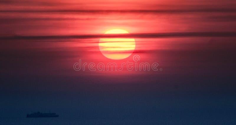 Solnedgång baltiska estonia nära havssomethere tallinn royaltyfri bild