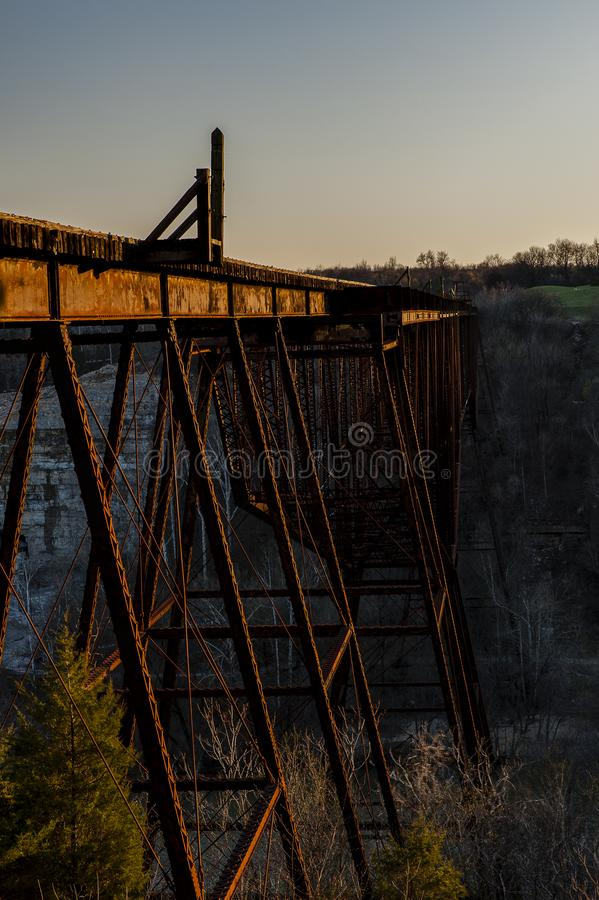 Solnedgång-/blåtttimme - övergiven ung hög bro för ` s - Norfolk & västra järnväg - den Kentucky floden - Kentucky royaltyfria bilder
