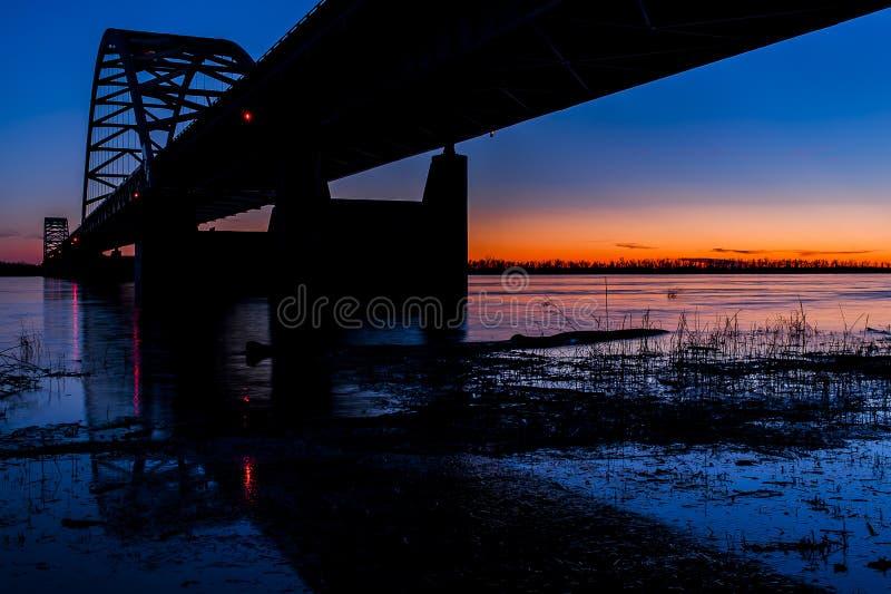 Solnedgång-/blåtttimme på Paducah den stål bundna ärke- bron - Ohio River, Kentucky & Illinois arkivbild