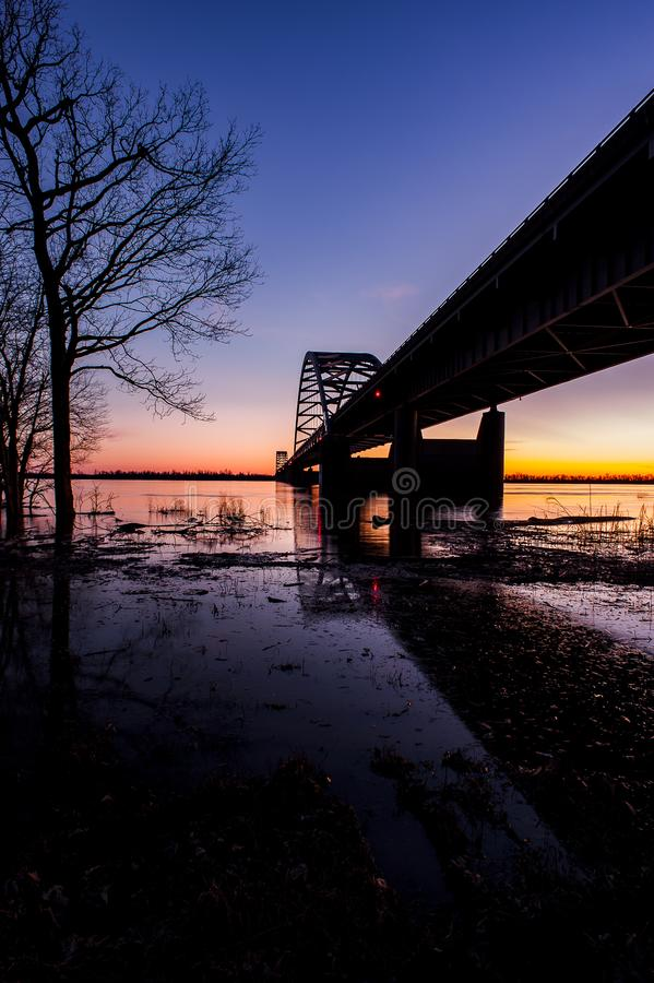 Solnedgång-/blåtttimme på Paducah den stål bundna ärke- bron - Ohio River, Kentucky & Illinois royaltyfri fotografi