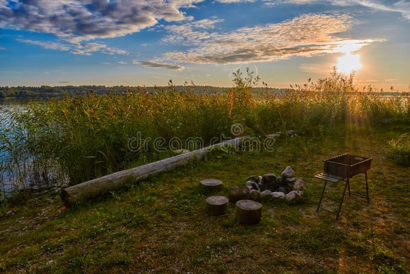Solnedgång campa spis för sjö royaltyfri fotografi
