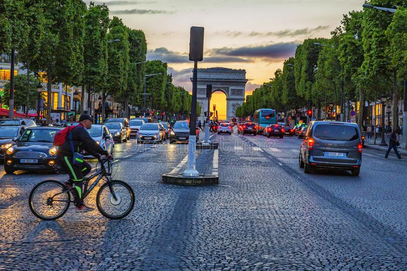 Solnedgång Champs-Elysees royaltyfria foton
