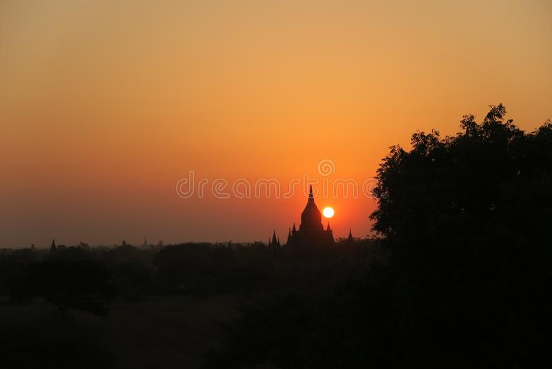 Solnedgång eller soluppgång i Bagan Myanmar Burma Birmanie royaltyfri fotografi