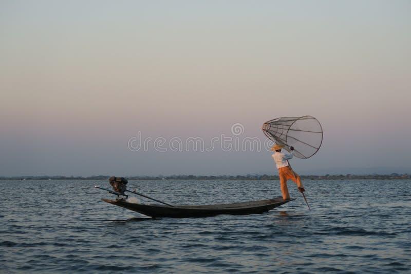 Solnedgång eller soluppgång i Inle sjön med fiskaren Myanmar Burma Birmanie arkivbild