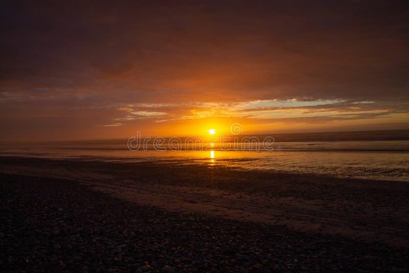 Solnedgång eller soluppgång på en strand i Granity arkivbild