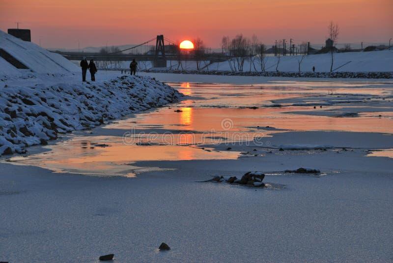 Solnedgång en flodsida arkivfoton