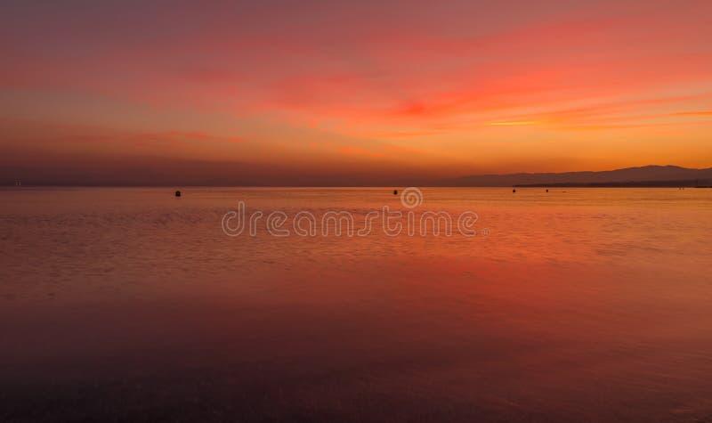 Solnedgång färgrikt fridsamt Vatten Leman Sjö sky fotografering för bildbyråer