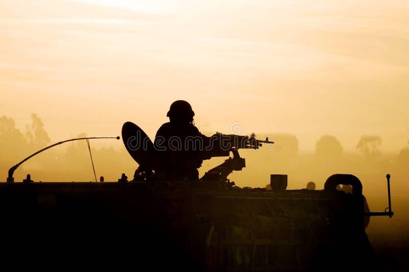 solnedgång för armésilhouettesoldat royaltyfri illustrationer